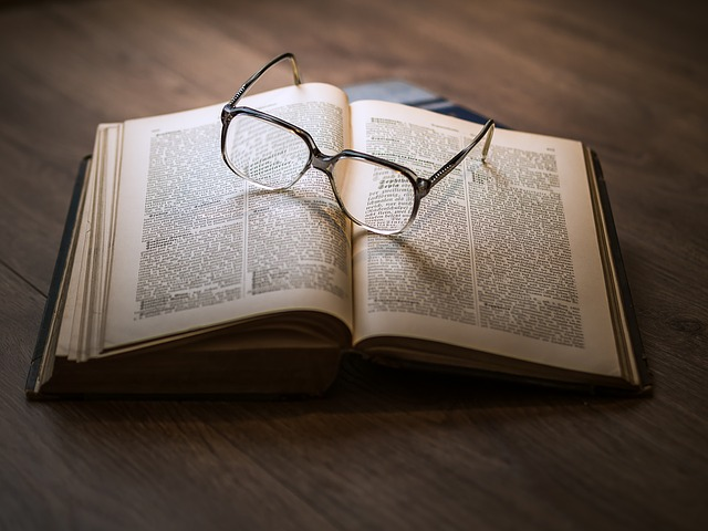 kniha s brýlemi